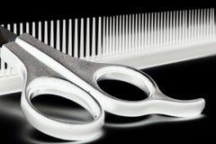 Tijeras y cepillo para el pelo Foto de archivo