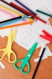 Tijeras y creyones coloridos Imagen de archivo libre de regalías