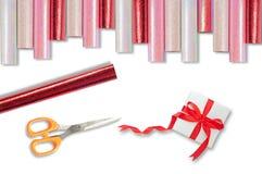 Tijeras y regalo del papel de embalaje Fotografía de archivo libre de regalías