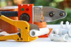 Tijeras y soldador para los tubos de soldadura del polipropileno imágenes de archivo libres de regalías