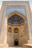 Tijolo amarelo portal com mosaico azul fotos de stock