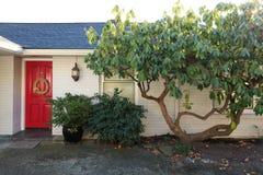 Tijolo branco Front Porch With Red Door fotos de stock royalty free