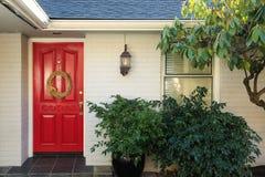 Tijolo branco Front Porch With Red Door imagem de stock royalty free