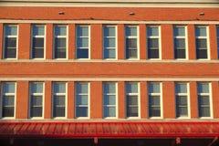 Tijolo da arquitetura da velha escola e fachada das janelas Imagem de Stock Royalty Free