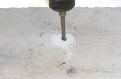 Tijolo das brocas de martelo fotografia de stock royalty free