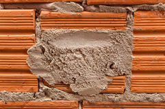 Tijolo e almofariz em uma parede unplastered Fotografia de Stock Royalty Free