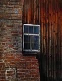 Tijolo e parede de madeira com janela Foto de Stock Royalty Free