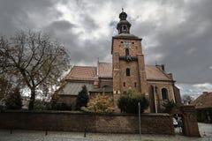 Tijolo, parede medieval e a igreja paroquial gótico Imagem de Stock Royalty Free