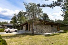 Tijolo suburbano e casa de pedra imagem de stock royalty free