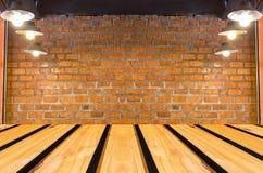 Tijolo vermelho textured sujo e parede de pedra com o de madeira marrom morno Fotografia de Stock
