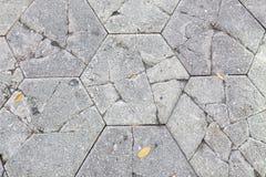 Tijolos concretos rachados do Paver do hexágono na passagem imagem de stock