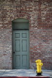 Tijolos da cidade com firehydrant amarelo Fotografia de Stock