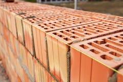 Tijolos de colocação novos com uma diretriz Foto de Stock