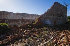 Tijolos de construção desmoronados Foto de Stock Royalty Free