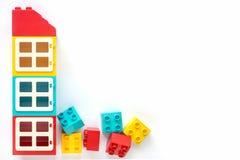 Tijolos de Lego Casa de tijolos pl?sticos pequenos e grandes do construtor no fundo branco Brinquedos populares Espa?o livre para imagens de stock royalty free