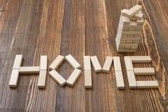 Tijolos de madeira do close-up que fazem o formulário das palavras HOME Imagem de Stock