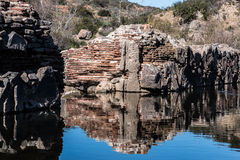 Tijolos e pedra na parede da represa velha da missão Foto de Stock