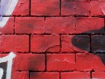 Tijolos vermelhos com elementos dos grafittis imagem de stock