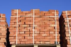 Tijolos vermelhos empilhados em cubos Tijolos do armazém Brickwo do armazenamento Foto de Stock