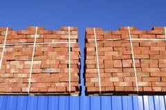 Tijolos vermelhos empilhados em cubos Tijolos do armazém Brickwo do armazenamento Imagem de Stock