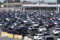 Tijuana gränsövergång trafikkaos royaltyfri bild