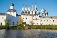 Tikhvin假定修道院的钟楼在一个安静的10月晚上 Tikhvin,俄罗斯 免版税图库摄影
