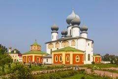 TIKHVIN,俄罗斯- 2016年7月24日:上帝假定修道院的Tikhvin母亲照片  假定大教堂斯摩棱斯克视图 免版税库存照片