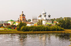Tikhvin 玛丽亚Tikhvin假定修道院 从Fishevoy山的看法 俄国 免版税库存图片