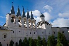 Tikhvin antagandekloster, en rysk ortodox, Tihvin, St Petersburg region, Ryssland royaltyfri fotografi