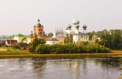Tikhvin Marian Tikhvin Assumption Monastery Sikt från Fishevoy berg Ryssland Royaltyfri Bild