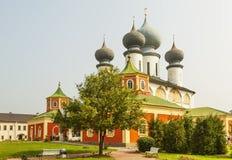 TIKHVIN, RUSIA - 24 DE JULIO DE 2016: Foto de la madre de Tikhvin del monasterio de la suposición de dios Vista de la catedral de Fotografía de archivo
