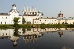 Tikhvin Theotokos Tikhvin假定修道院 从syrkovoy的湖的看法 俄国 图库摄影