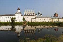 Tikhvin Theotokos Tikhvin wniebowzięcia monaster Widok od jeziora syrkovoy Rosja zdjęcie stock