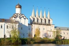 Tikhvin Uspensky修道院的钟楼的看法 Tikhvin,俄罗斯 免版税图库摄影