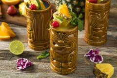 Tiki Drink Cocktails frio de refrescamento imagens de stock royalty free