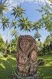 Tiki en bois sur la plage tropicale de paradis Images stock