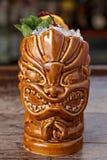 Tiki-Glas des Cocktails mit Eis Lizenzfreies Stockfoto