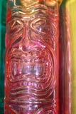 Tiki-Gottgesicht im vertikalen Hintergrund der tropischen hellen Pastelle mit Rosa und Türkis und Gelb lizenzfreie stockfotos