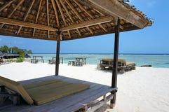 Tiki Hut en la playa blanca de la arena Foto de archivo libre de regalías