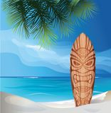 Tiki-Kriegersmasken-Designsurfbrett auf Ozeanstrand Lizenzfreie Stockfotografie