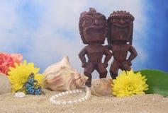 Tiki Statue auf Strand lizenzfreie stockfotos