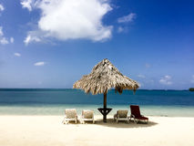 Tikihut op mooi Caraïbisch strand van de kust van Honduras Royalty-vrije Stock Foto's