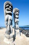 Tikis en el parque histórico nacional de Puuhonua o Honaunau en la isla grande en Hawaii imagen de archivo libre de regalías
