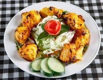 Tikka de poulet avec de la salade dans la plaque Photographie stock