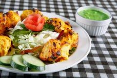 Tikka del pollo con insalata e salsa Fotografia Stock