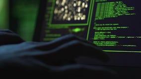 Tikken de close-up mannelijke handen die op laptops typen in, brekend defensie, verleende toegang stock footage