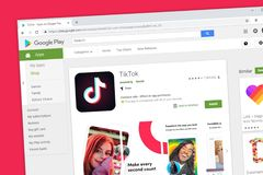 TikTok включая мюзикл магазин игры Google применения средств массовой информации домашней страницы вебсайта ly социальный установ стоковое изображение