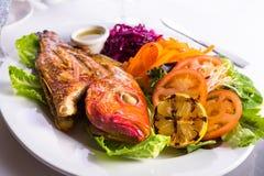 Tilapia cozinhado completo servido com vegetais e molho de peixes Imagem de Stock Royalty Free