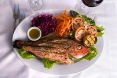 Tilapia cozinhado completo servido com vegetais e molho de peixes Compli Imagens de Stock Royalty Free