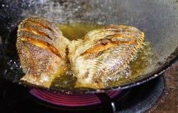 Tilapia fritto nel grasso bollente Fotografia Stock Libera da Diritti